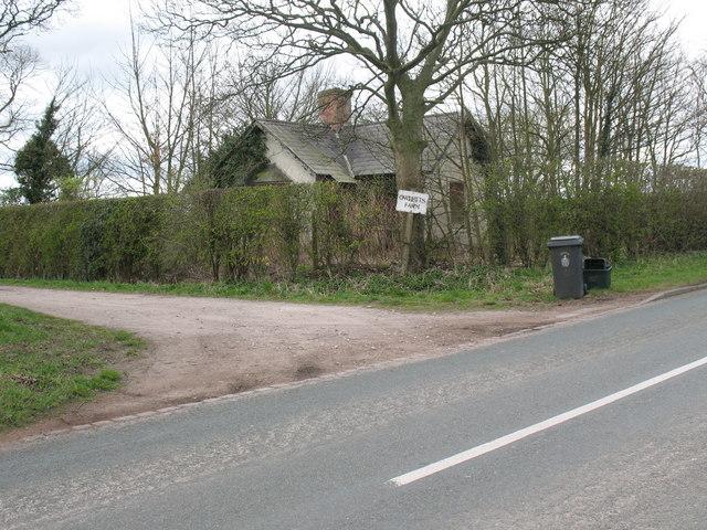 Derelict gatehouse, Lynn Lane