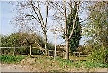 TQ8068 : Footpath signpost, Sharp's Green Bay by N Chadwick