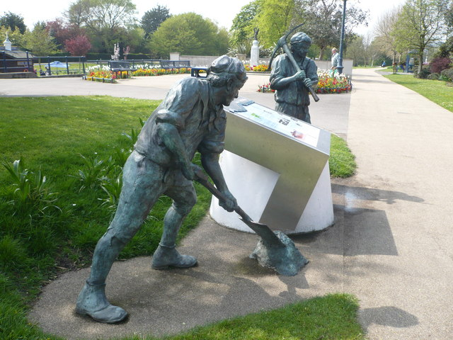 Sculptures of navvies by the Royal Military Canal