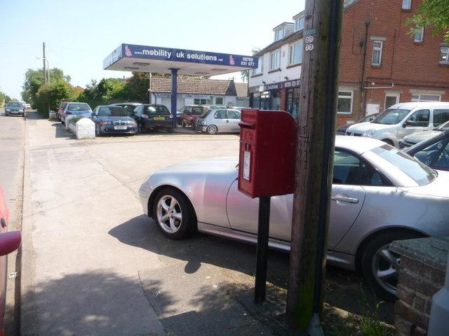 Lytchett Matravers: postbox № BH16 17, High Street