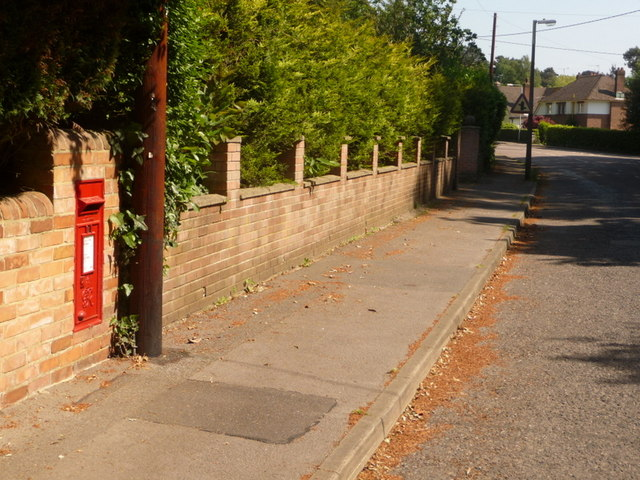 Broadstone: postbox № BH18 42, Lower Golf Links Road