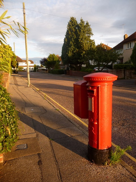 Poole: postbox № BH14 46, Orchard Avenue
