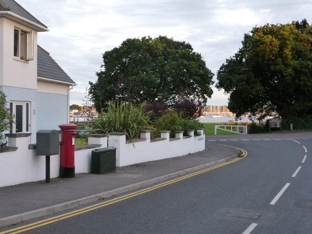 Poole: postbox № BH14 160, Sherwood Avenue