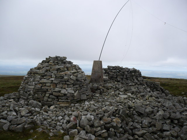 Cold Fell shelter and cairn