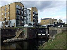 TQ3681 : Johnson's lock on the Regent's Canal by ceridwen