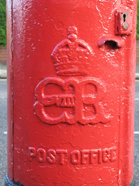 Edward VIII postbox, Southend Road - royal cipher