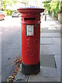 NZ2566 : Edward VII postbox, Grosvenor Place by Mike Quinn