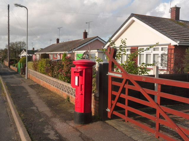 Upton: postbox № BH16 282, Beacon Park Road