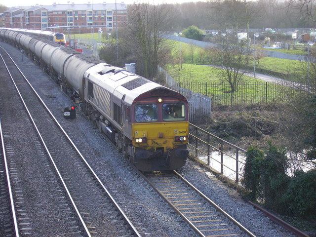 EWS freight train heads north from Oxford