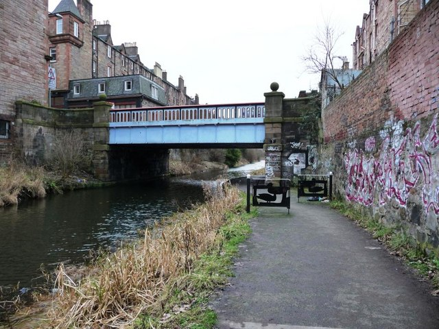 Towpath leading to bridge carrying Yeaman Place over the Union Canal