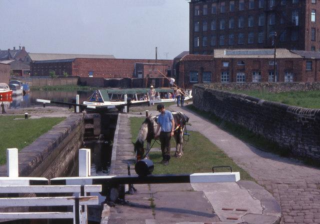 Ashton Canal; Fairfield lock