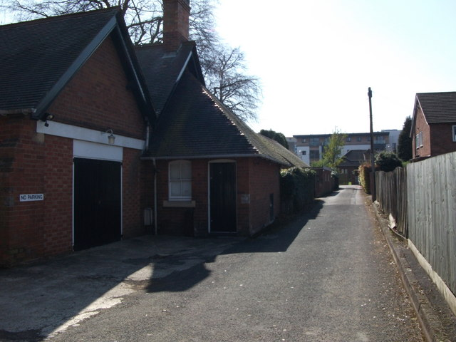 Driveway to the side of Wilton House, Southbank Road, Kenilworth