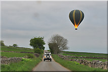 SK2256 : Balloon ground crew in hot pursuit - Longcliffe by Mick Lobb