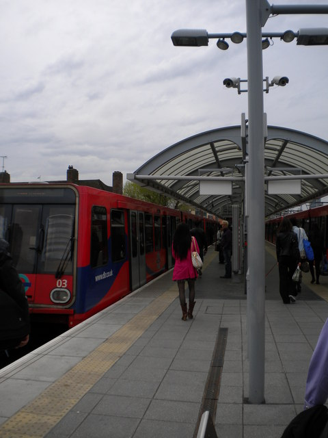 Central platform, Shadwell DLR Station