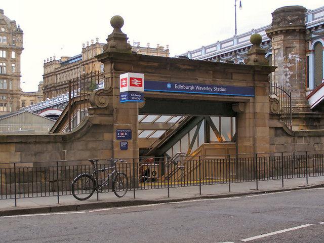 Edinburgh_Waverley_railway_station_16-07-2005