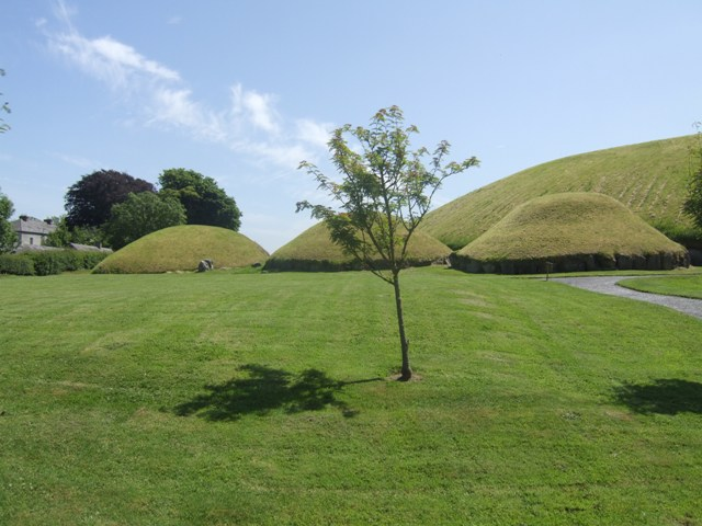 Satellite passage tombs at Knowth