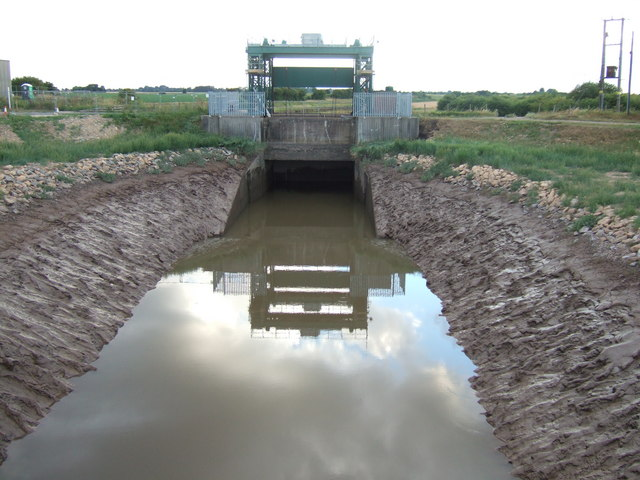 Sluice gate at tidal end of the South Holland Main Drain