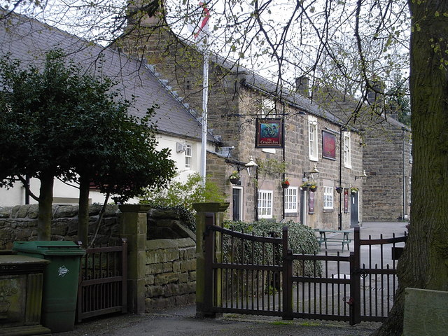 Ashover - Crispin Inn from churchyard