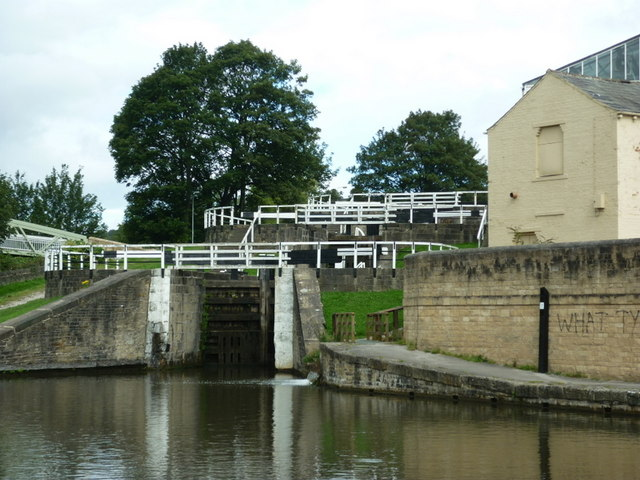 Walking along the Leeds to Liverpool Canal #193