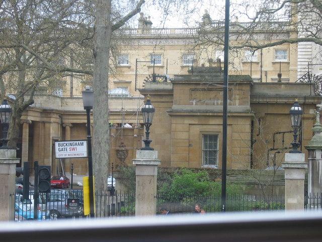 side entrance for buckingham palace 169 tony emptage ccby