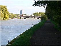 TQ1977 : Kew Bridge comes into view by Eirian Evans