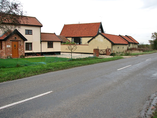 Heath Road past Heath Road Farm