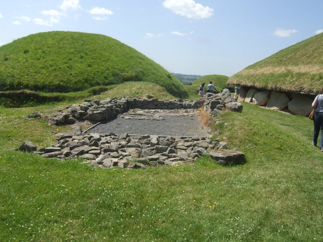 Building among the burial tombs at Knowth