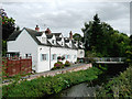 SO8963 : Cottages by the River Salwarpe, Droitwich, Worcestershire by Roger  Kidd
