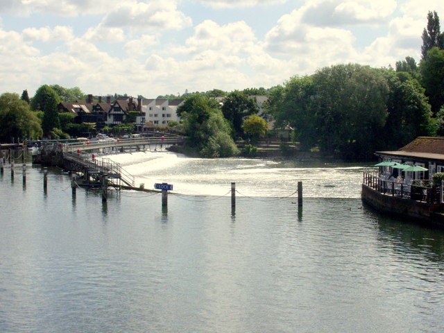 Pangbourne weir on the River Thames