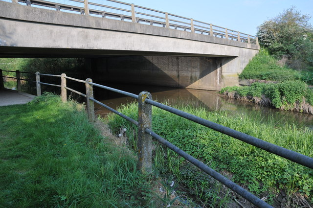The Thames passing under the A419