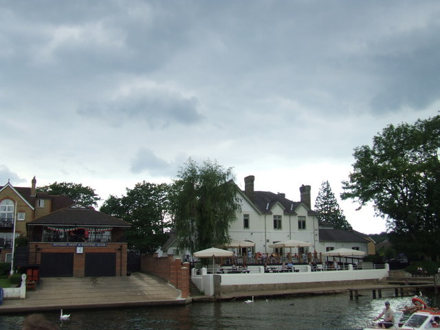 Punting club and a pub on the river near Thames Ditton