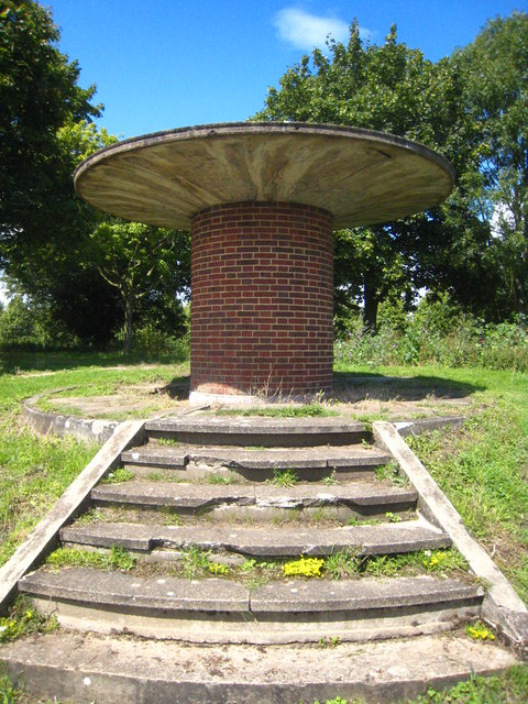 Mysterious structure on the bank of the Thames opposite Thames Ditton