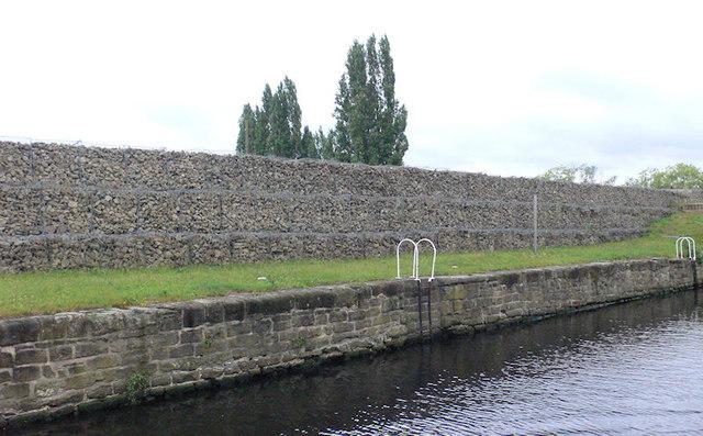 Flood Defence Wall at Wakefield Flood Lock