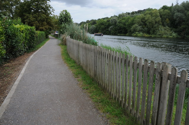 Thames Path upstream from Maidenhead