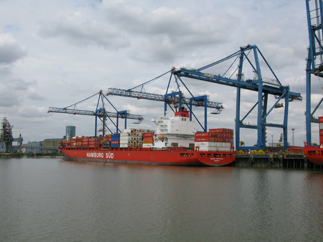 Unloading containers from the Bahia Castillo, Tilbury