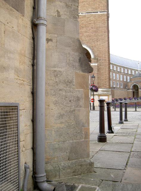 Benchmark on the gatehouse