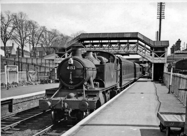 Evesham (WR) station, with Down local train