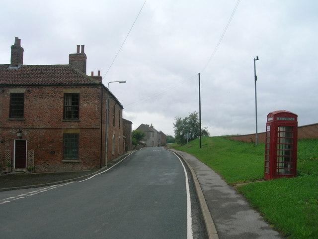 Minor road towards Reedness
