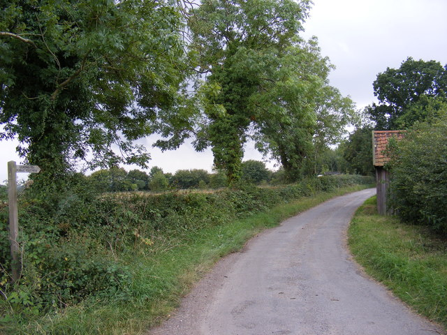 The entrance to Mount  Pleasant Farm & access to the footpaths