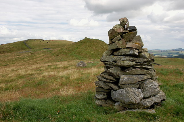 Neidpath Hill summit from the lower cairn