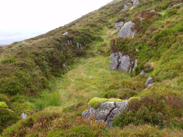 Rock cleft in the slope below lochan north of Binnean nan Gobhar