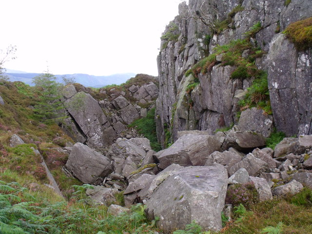 Dramatic quarry-like rock cleft north of Beinn Bhreac