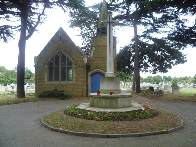 Chapel and war memorial, New Brentford Cemetery