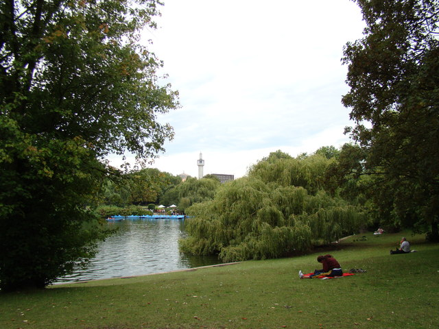 Minaret of the Central London Mosque, viewed from Regent's Park
