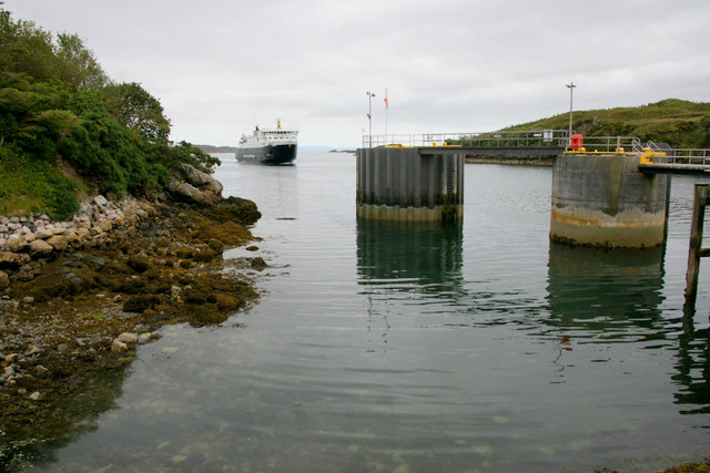 MV Hebrides approaching the pier in Tarbert