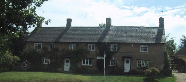 Cottages by the road in Middle Aston
