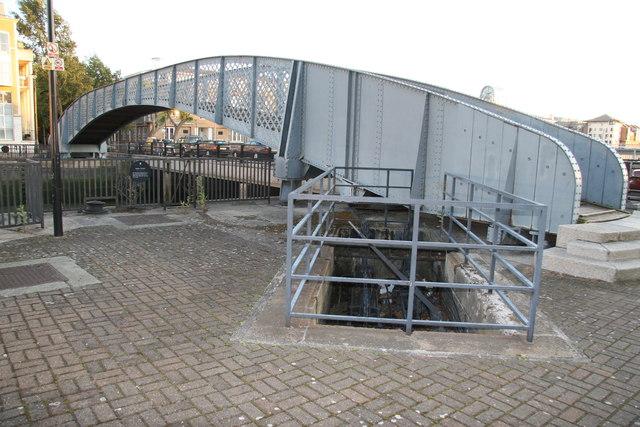 Greenland Dock entrance lock - swing bridge