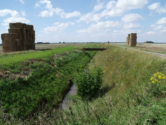 Drain and Haystacks, near Mill Green Farm