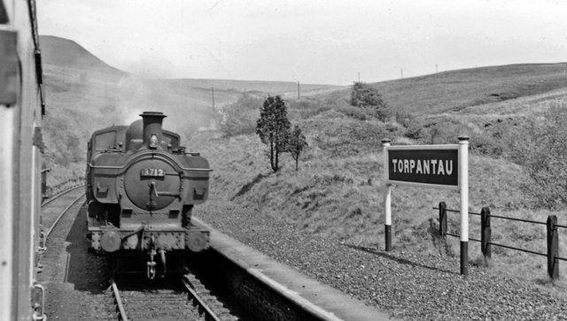 Torpantau Station: meeting a Brecon - Newport train