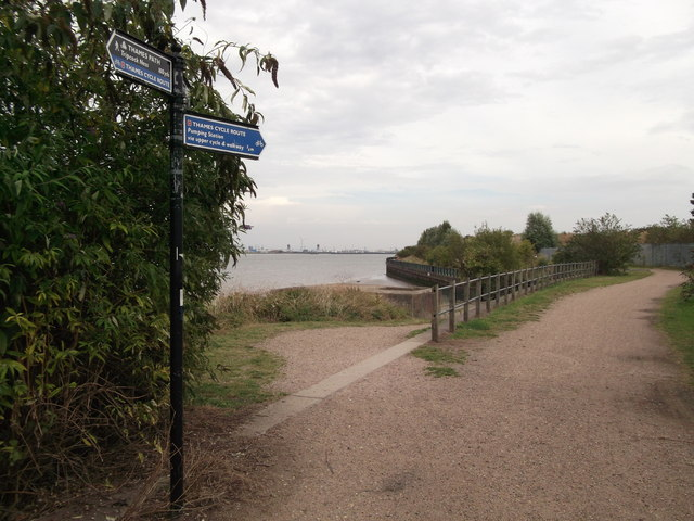 Thames Path and Thames Cycle Route near Tripcock Ness